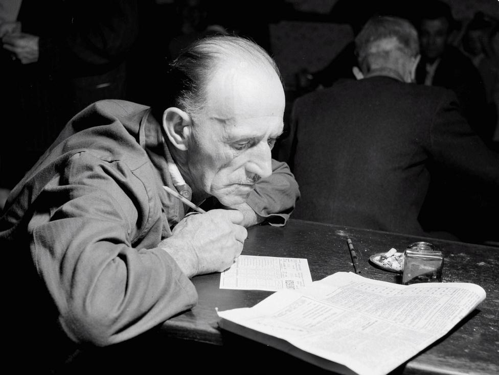 A budapesti József körút 5. szám alatti Totózóban az egyik szerencsejátékos friss szelvényeket tölt ki. Budapest 1956. szeptember 8.