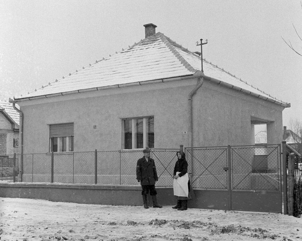 Sike Keskeny József ötgyermekes nyugdíjas mikófalvai lakos és felesége a lottón nyert családi házuk előtt az ünnepélyes átadás napján. Mikófalva 1960. január 12.