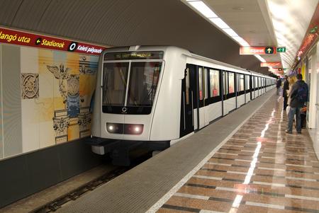 A sajtóközleményhez kiadott fenti fotó viszont biztos nem azt ábrázolja, ahogyan az új metró végighaladt az alagútban, mert a kép Photoshop segítségével készült korábban.