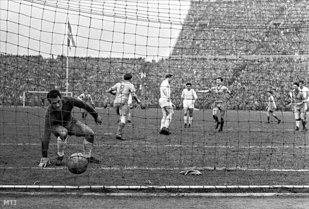 1958 Alonso, a Real Madrid kapusa nem tudja hárítani Csordás Lajos tizenegyesét, a Vasas - Real Madrid Európa Kupa labdarúgó mérkőzésen a Népstadionban