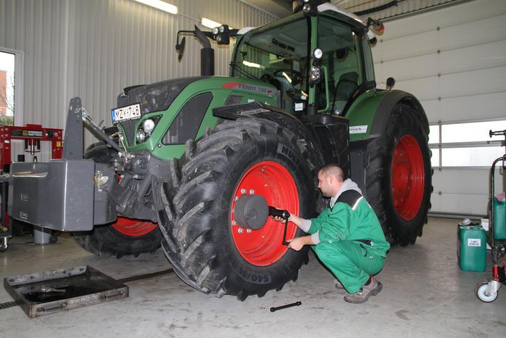 Milyen jó, hogy az Axiálnál épp egy pompás Fendt-traktor állt modellt a próbához