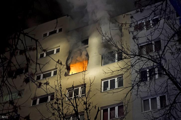 Tűz Budapesten a XI. kerület Etele út egyik panelházának 8. emeletén 2015. december 12-én hajnalban.