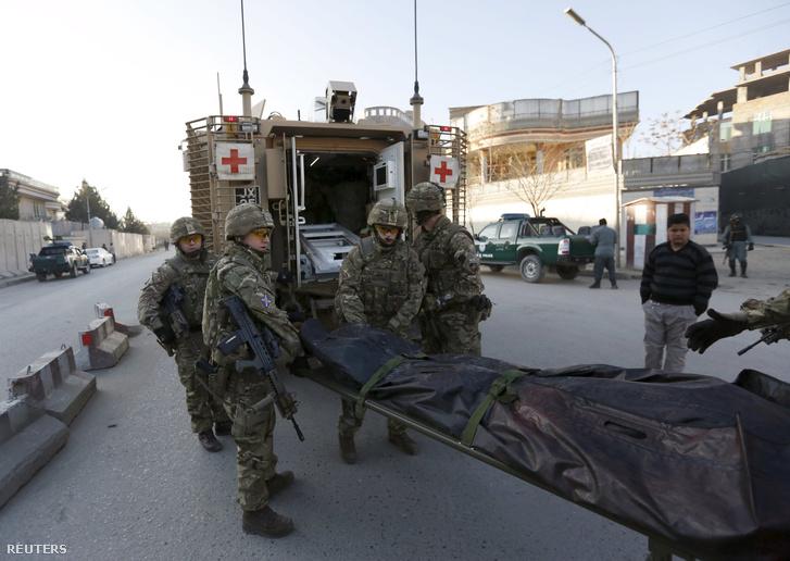 Egy áldozat holttestét szállítják el brit katonák a kabuli spanyol nagykövetség közeléből 2015. december 12-én.