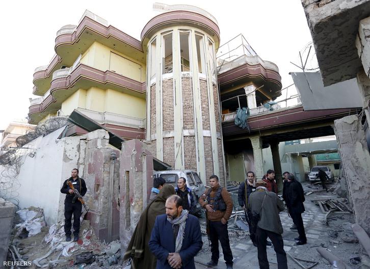 Az afgán biztonsági erők emberei őrködnek a kabuli spanyol nagykövetség előtt 2015. december 12-én, miután az előző este tálib szélsőségesek megtámadtak egy vendégházat a külképviselet mellett, az afgán főváros Serpur kerületében.