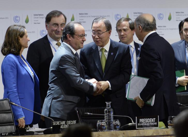 Francois Hollande kezet ráz Ban Kimun ENSZ főtitkárral a konferencián, a közös nyilatkozattétel után, 2015. december 12-én.