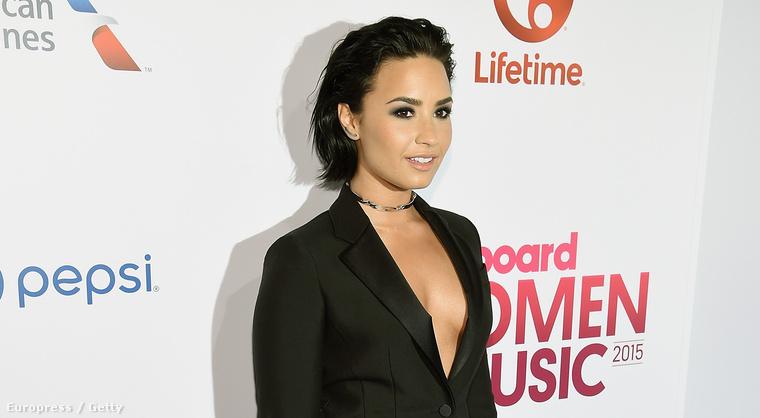 Demi Lovato üzletemberes-szexiben