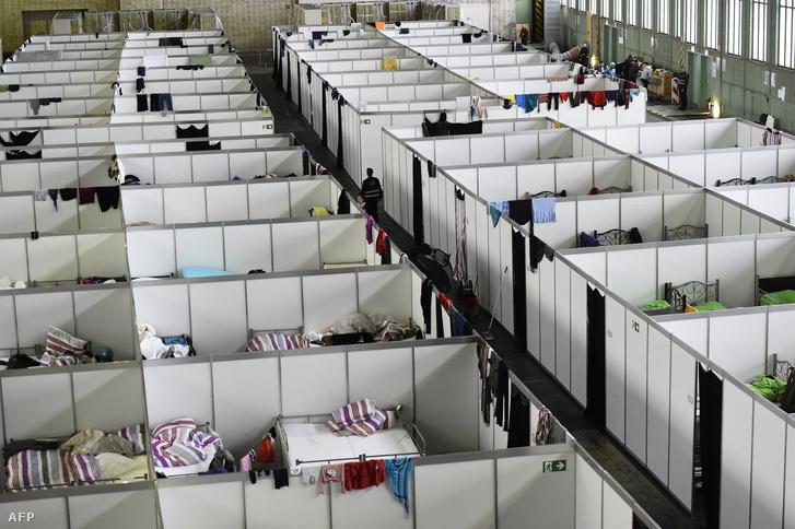 Menekültszálló a berlini Tempelhof reptér használaton kívüli csarnokában