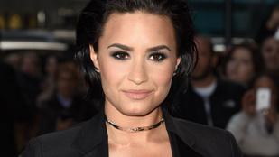 Demi Lovato az élő showban esett el a színpadon