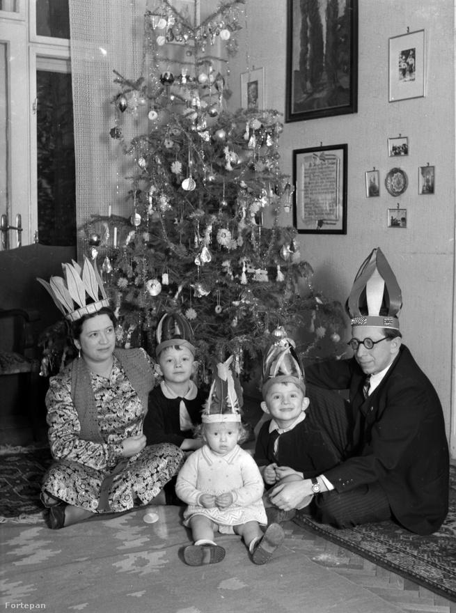 Egy konkurens karácsony 1941-ből, egy indiánosabb jellegű. A bibós szemüvegű törzsfőnök úr nem Bibó István.