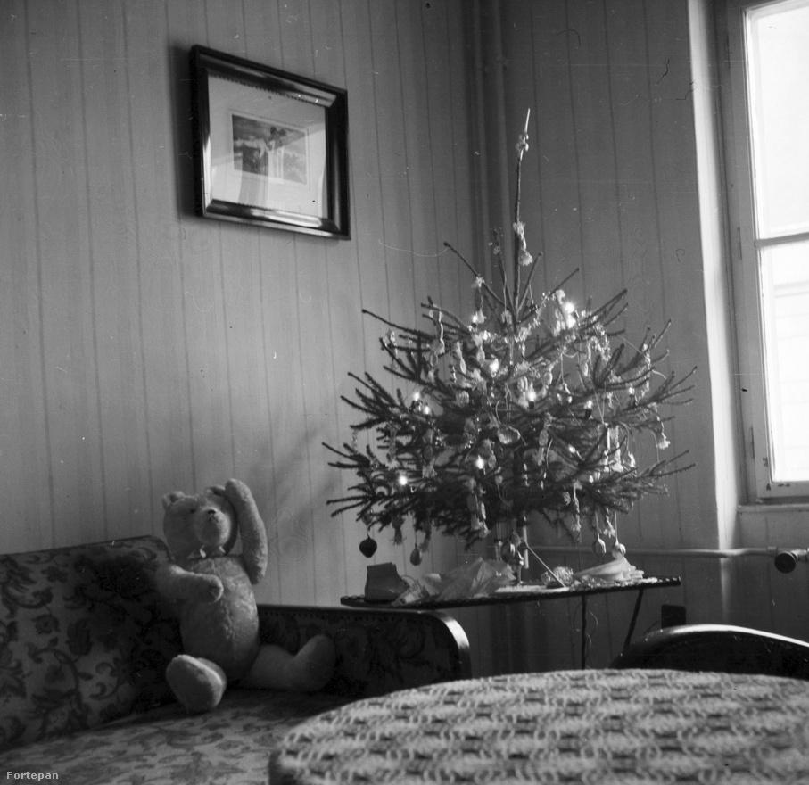 1961, minimálkarácsonyt tart a maci. Itt már villanyizzós a fa világítása, letettek a gyertyázásról.