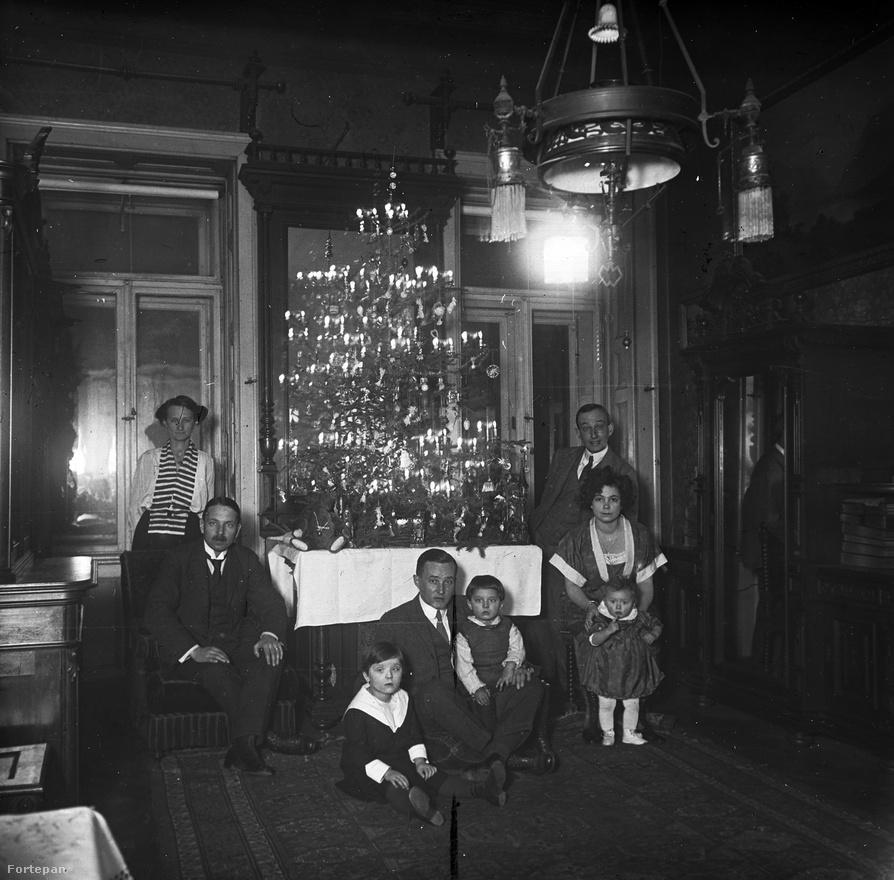 Schoch Frigyesék karácsonya 1921-ből. Schoch jól menő építési vállalkozó volt, a nagypolgári életükről több száz kép maradt fenn. Ez a Váci utca 55. szám alatti lakásuk, a családfő nem látható a képen, mivel valószínűleg ő készítette azt.