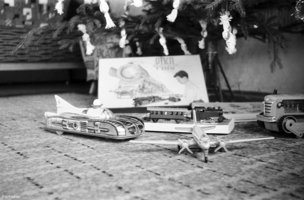 Nagyobb gépparkhoz jutott egy vagy több szerencsés gyerek. Űrjárgány, kortárs utasszállító, egy nagyobb mezőgazdasági gép és egy valószínűleg 1:120 méretarányú vasútmodell is bekerült a játékra alkalmas eszközök közé. Az év: 1956.