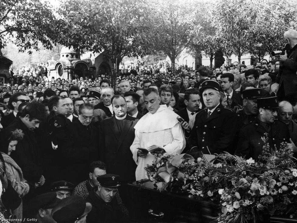 """A betegség azonban egyre súlyosabb, Edithet az újabb szerelem sem mentette meg. 1963 márciusában a lille-i operában lépett fel utoljára, majd október 11-én a dél-franciaországi hegyek között halt meg. Testét Párizsba szállították, és bár Párizs érseke Piaf feslett életmódja miatt megtagadta az egyházi temetést, a képen is látszik, hogy tízezrek kísérték el utolsó útjára a Père-Lachaise temetőben.                         Piaf sírjára azta a mondatot írták fel, amelyet annyiszor énekelt. A Himnusz a szerelemhez utolsó sorát: """"Dieu réunit ceux qui s'aiment"""", Isten egyesíti azokat, akik szeretik egymást. A temetésén állítólag Marlene Dietrich így siratta világhírű barátnőjét: """"Mennyire szerették!""""."""