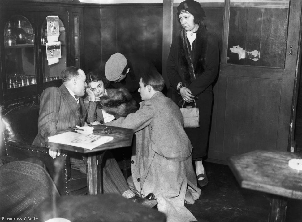 Felfedezője, Louis Leplée, a Gerny's mulató igazgatója keresztelte Piafnak, miután a veréb-termetű alacsony lány egy csapásra meghódította a közönséget különleges, rekedtes hangjával. A pártfogót azonban 1936-ban váratlanul meggyilkolták, és a gyanúsítottak között szerepelt a törékeny Edith is. A képen épp egy nyomozó hallgatja ki. Edith lelke és karrierje megtört, hiába derült ki gyorsan ártatlansága.