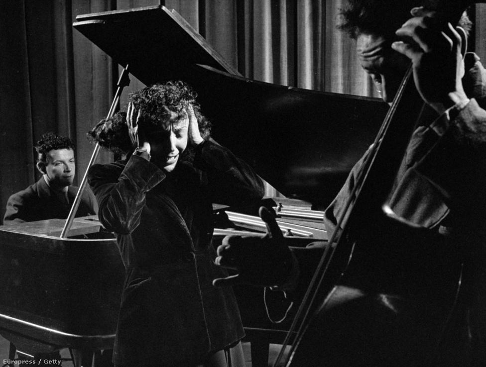 A háború után Piaf karrierje kétségtelenül beindult. Új impressziáriója a Moulin Rouge-ba is bejuttatta, estjeiért megőrült a közönség, egész Párizs élőben akarta hallani a La Vie en rose-t és az Accordéoniste-ot (Harmonikás). Piaf köré sereglettek a tehetséges fiatalok, pedig ő is alig múlt el 30 éves. 1946-ban, e kép is akkor készült, felfedezett Piaf egy bársonyos hangú fiatalembert: Yves Montand-nak hívták. Edith és Yves egymásra találtak: közös turnéra indultak, közös filmet is forgattak.