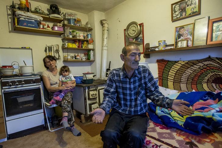 Hála a kilakoltatásnak, most három generáció lakik egy szobában.