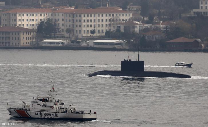 Orosz tengeralattjárót kísér a török haditengerészet hajója a Boszporusznál