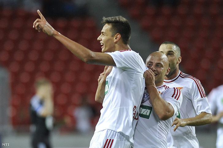 A debreceni gólszerzőt Balogh Norbertet köszönti csapattársa Varga József és Tisza Tibor a labdarúgó Európa Liga-selejtezőjének harmadik fordulójában játszott Debreceni VSC - Rosenborg mérkőzésen a debreceni Nagyerdei Stadionban 2015. július 30-án.