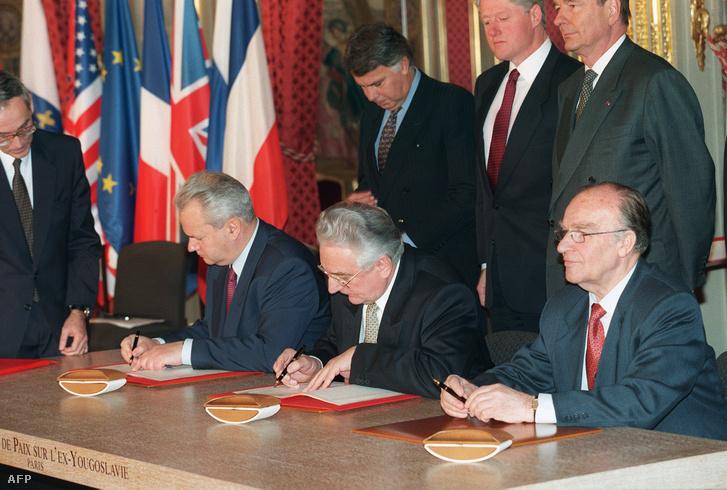 A háborúnak véget vető megegyezés: 1995. december 14-én Párizsban Milosević, Izetbegović és Tudjman írja alá a daytoni egyezséget. Mögöttük Felipe Gonzalez spanyol minszeterelnök mellett Bill Clinton és Jacques Chirac felügyeli az eseményeket.