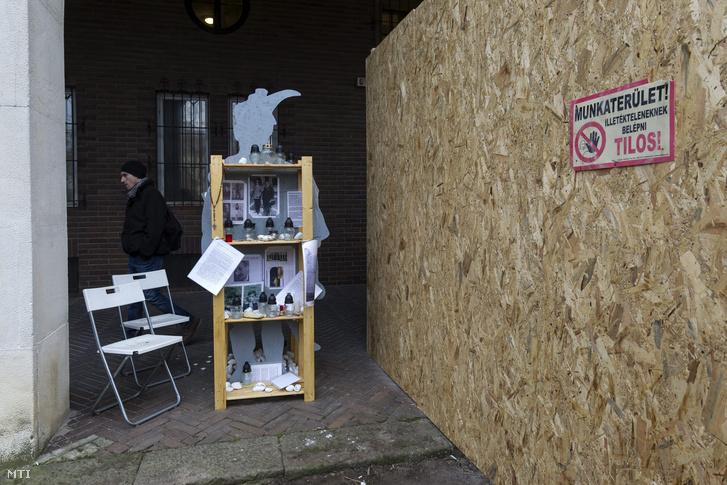 Mécsesek, valamint fotók másolata Vörösmarty Mihály Könyvtár épülete előtt a Bartók Béla téren