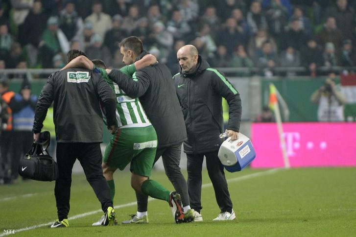 Böde Dániel az FTC játékosa sérülés miatt elhagyja a pályát a labdarúgó OTP Bank Liga 19. fordulójában játszott Ferencváros - Újpest FC találkozón.
