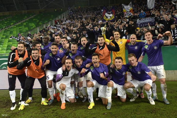A győztes újpesti csapat a labdarúgó OTP Bank Liga 19. fordulójában játszott Ferencváros - Újpest FC találkozó végén.