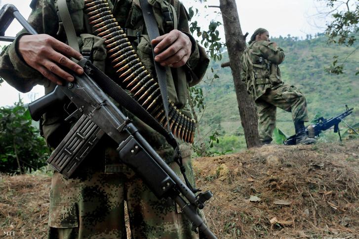 A szélsőbaloldali Kolumbiai Forradalmi Fegyveres Erők (FARC) gerillaszervezet tagjai biztosítják az utat Toribio falu közelében Cauca tartományban.