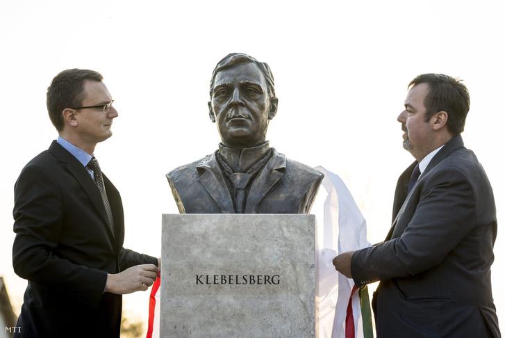 Rétvári Bence, az Emmi államtitkára és L. Simon László leleplezi Klebelsberg Kunó mellszobrát, Pető Hunor szobrászművész alkotását Kápolnásnyéken a kultúrpolitikus születésének 140. évfordulóján, 2015. november 13-án