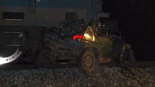 Kivilágítatlan autó találkozott össze a gyorsvonattal, ketten meghaltak