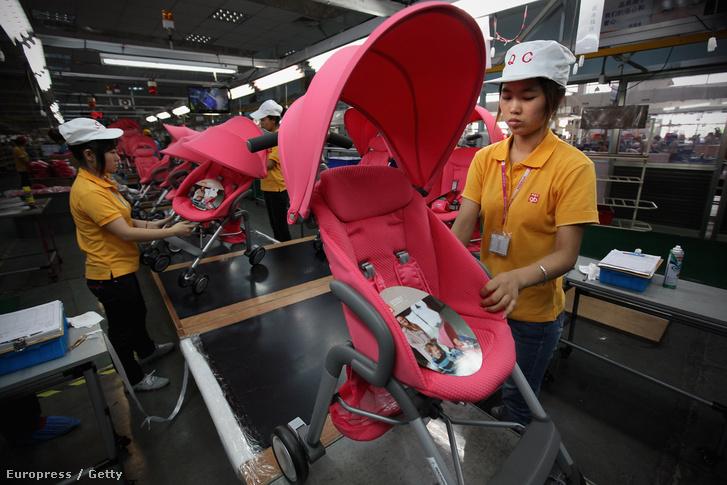 Babakocsik készülnek egy kínai gyártósoron