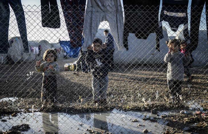 Gyerekek a Rojava menekülttábor kerítésénél