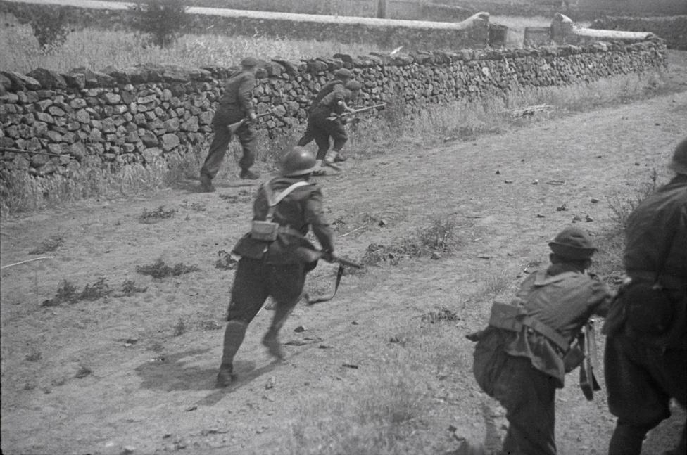 Előre nyomuló spanyol katonák a Cordoba-fronton, 1937. A fiatal Gerda Taro Capához hasonlóan, vakmerően közel ment az akcióhoz. Itt azt fotózta végig, ahogy a képen látható katonák  egy közeli tanyát próbálnak bevenni, ahonnan folyamatosan lövik őket. A sorozat következő képein a fotón középen látható katona méterekkel később összeesik az út közepén.