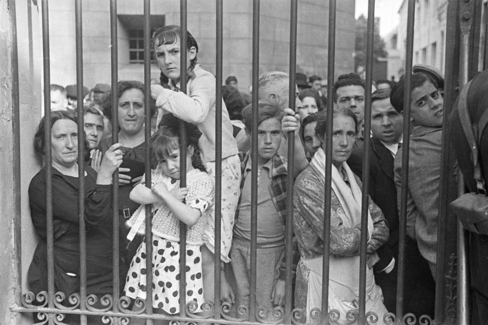 Spanyol civilek egy katonai felvonuláson, 1937.