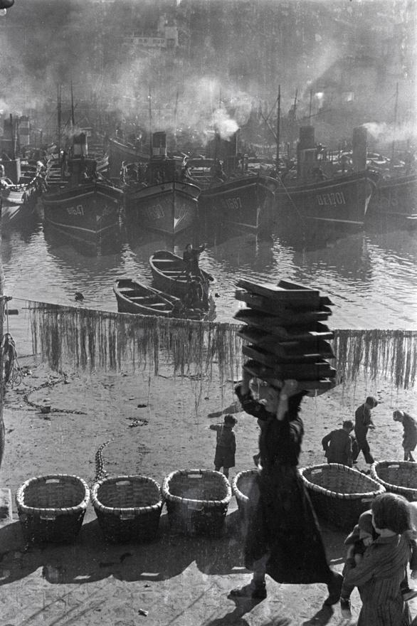 Árut rakodnak a francia határhoz közeli Bermeo kikötőjében, Spanyolország északi részén, 1937.
