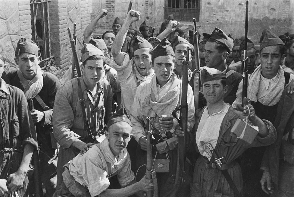 Fiatal köztársasági katonák álltak össze egy közös fotóra Toledóban.
