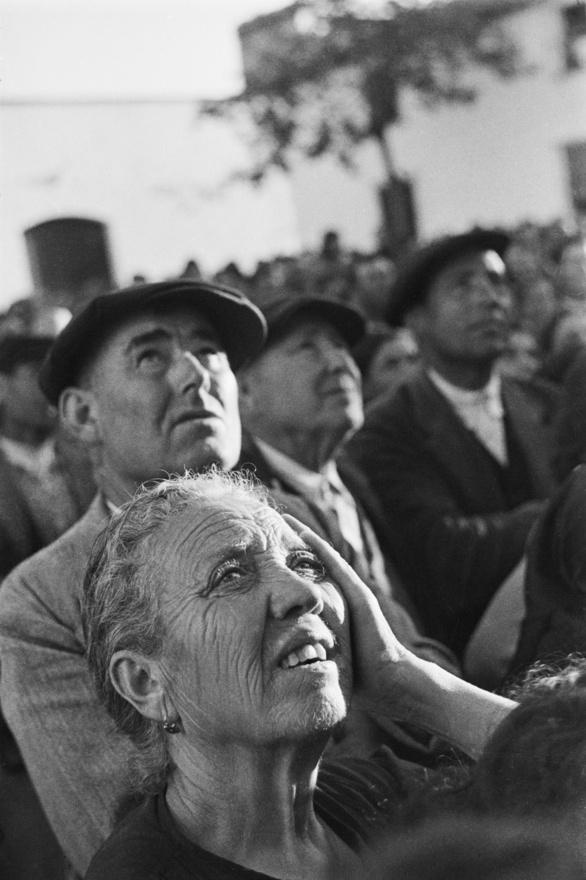Spanyol földműveseknek fogják a fejüket, amikor tájékoztatót tartanak nekik a bevezetendő földreformokról, 1936.