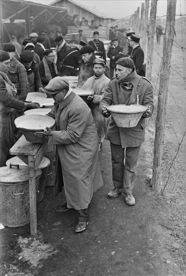 Ételosztás a polgárháború menekültjeinek egy francia menekülttáborban, 1939.