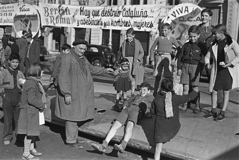 A barcelonai rambla 1939-ben, ahol épp egy lelőtt német vadászgép kiállított roncsait lehetett megnézni.