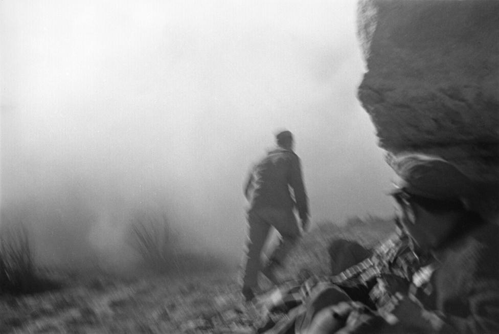Köztársasági katona a Rio Segre-i csatában, 1938.A bemozdult fotó Capa későbbi partraszállós képeire rímel. A bőrönd képeiből kiderül az is, amire itt csak utal a sűrű füst: erős tűz alatt voltak, amikor ezek a fotók készültek.