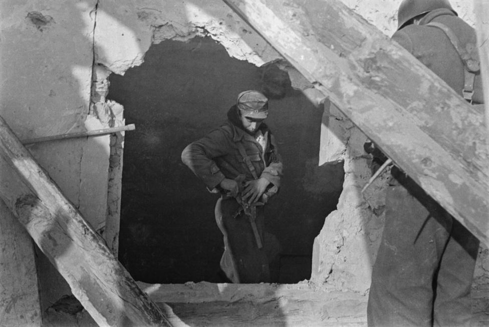 Köztársasági katona egy szétlőtt épület romjai között a Teruel-i csata után. A sorozat következő képein Capa katonákkal járja be az épületet, az egyik kockán azt is látni, ahogy a toronyház emeltén a romok takarásából kémlelik a tájat egy ellenséges mesterlövész után kutatva.