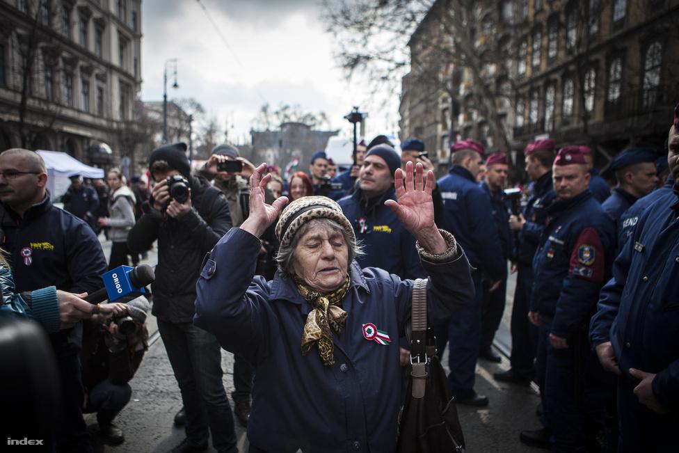 Nagy balhé lett az állami ünnepségen megjelenő ellentüntetők miatt. Orbán görbe uborkáról és a Facebookról is beszélt, meg persze arról, hogy Kossuth népét nem lehet kioktatni demokráciából, Európának kérdései vannak, nekünk pedig válaszaink. A civil ellenzékiek rendezvényén népszavazást hirdettek, és nagyjából annyian voltak, mint az állami megemlékezésen: ilyenre sikerült idén március 15, Orbán-beszéd előtti balhéval és Kulka-giccsbombával.