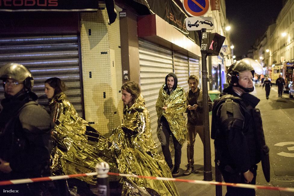 Egy hét alatt összesen 90 embert vettek őrizetbe, 793 lakást vagy házat kutattak át, a francia elnök pedig könyörtelen háborút hirdetett az Iszlám Állam ellen a 130 halálos áldozatot követelő novemberi párizsi terrortámadás után. Nagyképben gyűjtöttük össze a párizsi terrortámadás legfontosabb mozzanatait. A páratlan hírfotók között feltűnnek az Index fotósa, Bődey János helyszíni képei is.A támadás után videórovatunk is exkluzív anyagot készített. Daniel Psenny az ablakából látta, hogy ölik az embereket a Bataclannál.  Ő készítette a híres videót, amin azt nézte végig a világ, hogy menekülnek az emberek a terroristák elől. A férfi később segíteni próbált, de ő is golyót kapott. Az Indexnek elmesélte, hogy élte meg az éjszak