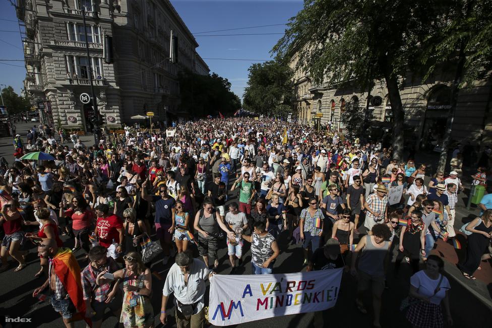 Szivárványszínbe borult az Erzsébet híddal együtt a fél város, amikor az idilli képbe rondító orrfacsaró trágyaszag ellenére békés Budapest Pride végigvonult rajta. A menetet idén huszadszorra rendezték meg. 1997 óta van ilyen megmozdulás, idei videónkat erre, percről percre tudósításunkat sok képpel itt nézheti vissza.