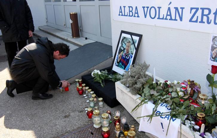 Székesfehérvár 2009. március 25. Egy szurkoló mécsest gyújt Ocskay Gábor emlékére a Székesfehérvári Jégcsarnoknál.