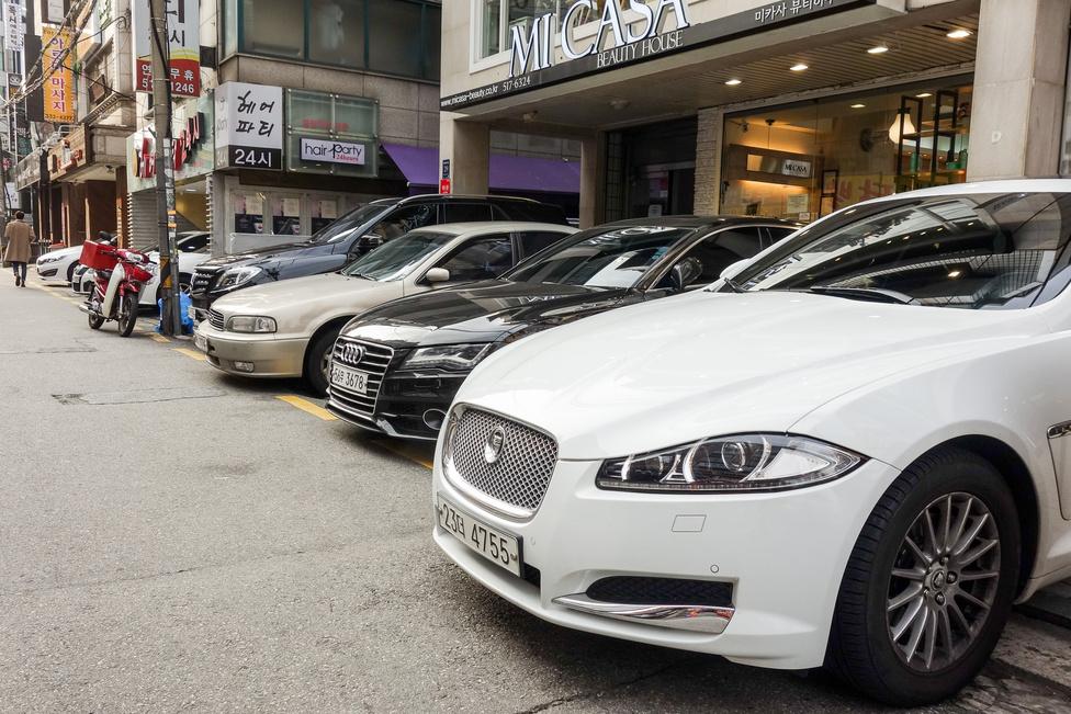 Bár Korea jelentős részén nem látni más autót, csak helyit, a belvárosban néha megfordul az arány. Egyazon blokkban három európai egy koreai ellen: Mercedes, Samsung, Audi, Jaguar
