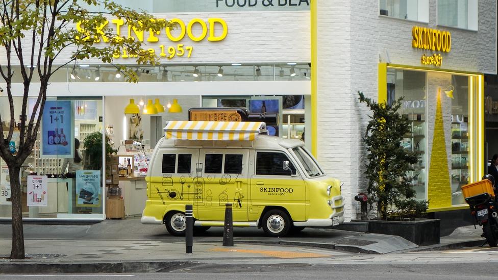 Japán minibusszal reklámozzák a Bőrételt. Az van ráírva...