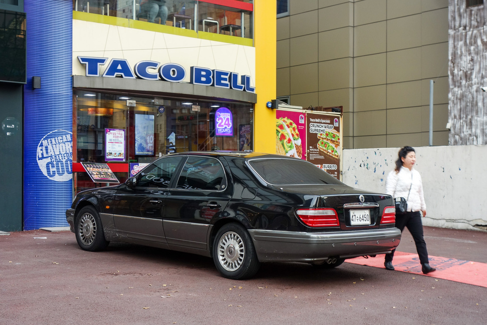 Nem Mercedes, de majdnem. A Ssangyog Chairman is veteránautó már itt, annak idején az E osztály alapjainak lemásolásával készült, de S osztállyá nyújtva