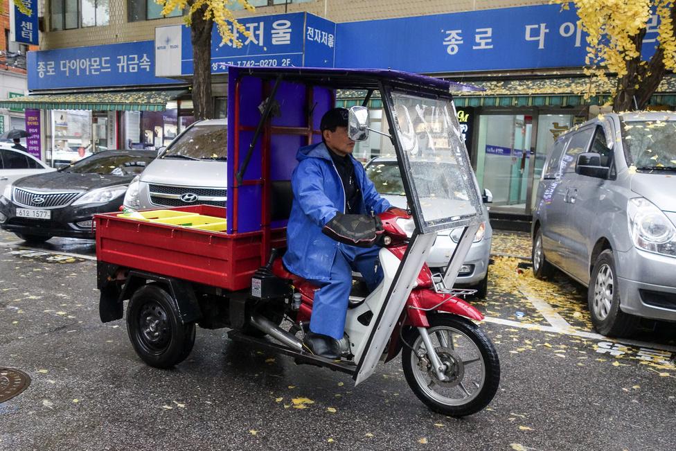 Itt már nehéz eldönteni - futármotor ez, vagy összkomfortos teherautó?
