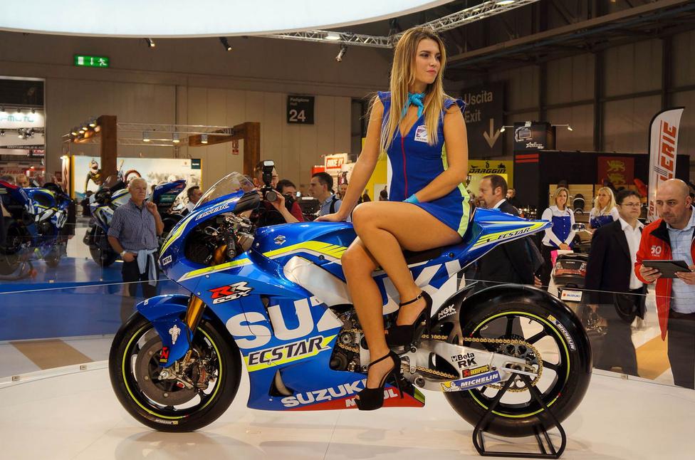 Az idei milánói EICMA motorszalonról sem hiányozhatott a Suzuki. A képen elrejtettünk egy GSX-RR versenymotort is. Ezt a típust egyébként 2014-ben, a GSV-R utódjaként mutatták be. A MotoGP utolsó tavalyi nagydíján, Valenciában rajthoz is állt vele a francia Randy de Puniet. A japán gyártó 2011 után tért vissza a királykategóriába. 2015-ben már teljes szezont futott a gyári csapat. Két spanyol pilótájuk gyűjtögette a pontokat: Aleix Espargaró 105 egységgel a 11., míg Maverick Vinales 97 ponttal a 12. lett. A GSX-RR a szabályok értelmében minimum 160 kilogrammot kell, hogy nyomjon. Teljesítménye a rendelkezésre álló adatok szerint 230 lóerő fölötti.