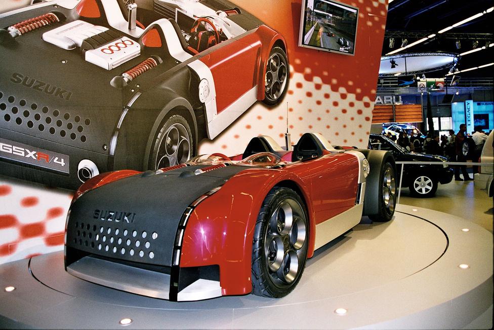 Suzuki GSX-R/4 - leginkább csak nevében azonos a Gixxerekkel. A 2001-es Frankfurti Autószalonon mutatták be ezt a tanulmányautót, amely a GSX-1300R, azaz a Hayabusa 1,3-as, 175 lovas motorját rejtette. Ez a 640 kilós kasznit elvileg 291 km/h-s végsebességig tudta gyorsítani.